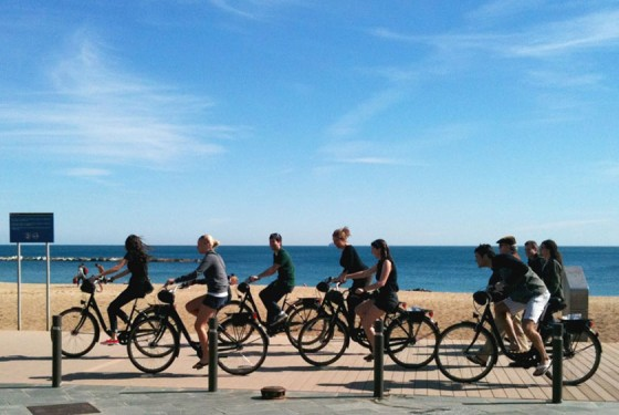 Tour group of Barcelona Ciclotour at the beach
